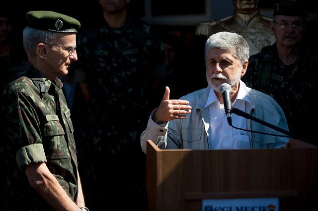 Militares não têm que dar opinião política, diz Celso Amorim