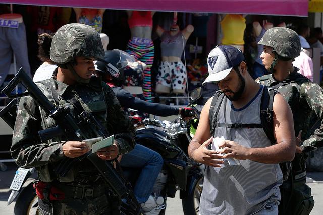 """""""Queremos intervenção em saúde e educação, não de soldados"""", diz moradora da Maré"""