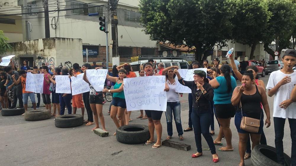 Atraso em obras deixa estudantes de escola estadual sem aulas, em Belém