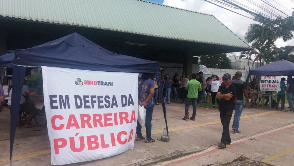 Greve de servidores do Detran chega a 21 dias com ato público