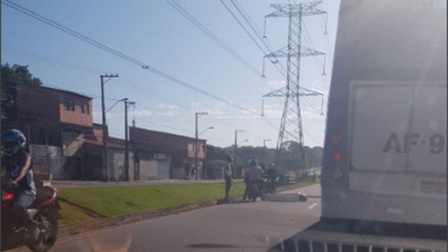 Moradores pedem início de obra e fecham avenida Independência