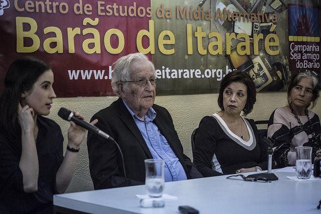 DEMOCRACIA: Governos progressistas erraram ao serem tolerantes com mídia golpista, avalia Chomsky