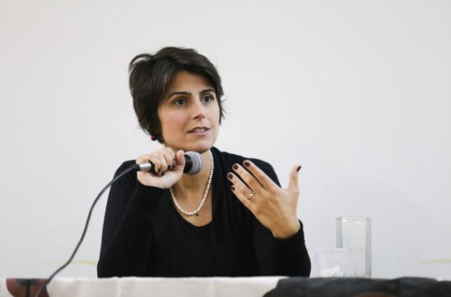 Manuela rebate Mourão: Brasil é construído pelo esforço de mães e avós