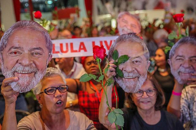 No aniversário da Declaração dos Direitos Humanos, militância pede justiça para Lula